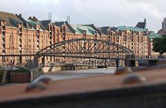 Kibbelstegbruecke über den Zollkanal; die hoch angelegte Brücke dient als Fluchtweg bei Hochwasser.