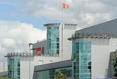 Gewerbegebiet Hamburg Allermöhe; Glasfront eines Verwaltungsgebäudes.