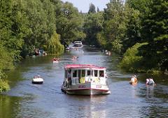 Alsterschiffe und Kanus auf dem Goldbekkanal - Entspannung in Hamburg Winterhude.