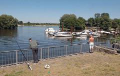 Sportboothafen an der Süderelbe - Angler beim Neuländer Hauptdeich.