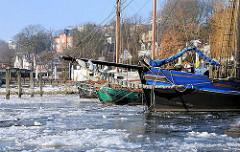 Vereister Hafen - Museumshafen, Museumsschiffe im Eis - Bilder vom Hamburger Winter.