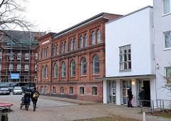 Altbau und Neubau - Hamburg Altona, Thedebad - Thedestrasse.