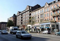 Wohnhäuser + Ladenzeile in der Wandsbeker Chaussee - Strassenverkehr in der Hauptverkehrsstrasse Hamburg Eílbek.