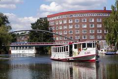 Kanalrundfahrt in Hamburg - Alterdampfer auf dem Osterbekkanal - Ziegelwohnblock der Jarrestadt im Hintergrund.