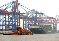 Baggerarbeiten im Waltershofer Hafen - Containerschiff und Containerbrücken vom Containerterminal Burchardkai im Hamburger Stadtteil Waltershof.