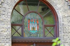 Wappen von Altona - Burg mit drei Türmen und weit geöffnetem Stadttor - Fenster im Maschinenaus der Wasserwerke am Falkensteiner Ufer in Hamburg Blankenese.