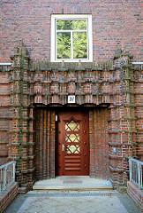 Eingangstür mit Ziegeldekor - Wohnblock in Hamburg Barmbek-Nord.