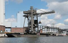 Hamburg Billbrook Kraftwerk Tiefstack. Krananlage Kohleladung löschen vom Binnenschiff.