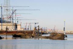 Schiffswracks am Ufer der Suederelbe - Grossbaustelle Hamburger Kohlekraftwerk / Kattwykbrücke.
