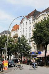 Historische Etagenhäuser im Hamburger Stadtteil Winterhude - Fahrradfahrer überqueren die Fussgängerampel.