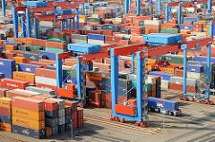 Gelände HHLA Container Terminal Hamburg Altenwerder; Portalkranpaare, Transportfahrzeuge.