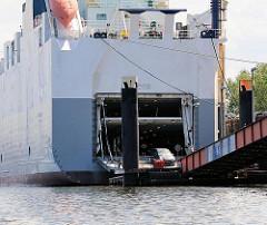 Aus dem Autotransporter fahren die KFZ über die Rampe an Land - Bilder aus Hamburg Wilhelmsburg, Rethe-Ufer.