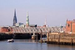 Eine Barkasse fährt in den Magdeburger Hafen ein - im Hintergrund die Türme von St. Nikolai, St. Katharinen und der Fernsehturm. (2007)