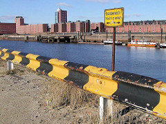 Schild am Grasbrookhafen - Kranbereich nicht parken! Arbeitsschiffe liegen an einem Ponton im Grasbrookhafen. (2003)