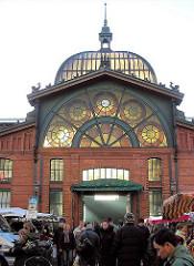 Kuppel der Fischauktionshalle - Besucher des Altonaer Fischmarkts Sonntags morgens.