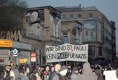 Start einer Demonstration gegen Nazis vor der Roten Flora auf der Sternschanze.