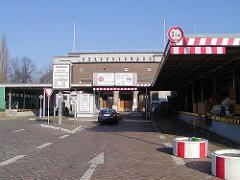 Zollstelle Alter Elbtunnel - im Hintergrund die Einfahrt zu der Fahrstuhlanlage des historischen Elbtunnels.