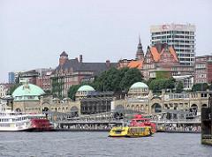 St. Pauli Landungsbrücken mit Astra Verwaltungsgebäude - altes Foto aus Hamburg St. Pauli (2003)