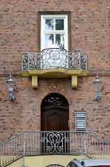 Eingang der der ehem. Frauenklinik Altona - schmiedeeiserne Brüstung und Lampen an der Hausfassade.