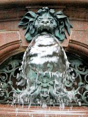 Bronzedekor - Wasserspeier - Rathausbrunnen in Hamburg - Hygieia-Brunnen im Innenhof des Rathauses.