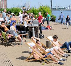 Strandbar im Sand vom Elbstrand in Hamburg Othmarschen - Strandleben in der Hansestadt Hamburg.