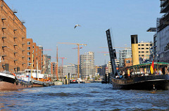 Blick in den Sandtorhafen; die Sandtorhafenbrücke ist hochgeklappt, ein historischer Schlepper fährt in den Traditionsschiffhafen ein. (2009)