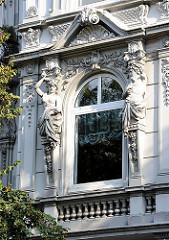 Historismus in der Hamburger Archtektur - Figürlicher Bauschmuck an einer Hausfassade in Hamburg Uhlenhorst.