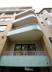 Architektur 1950 - 1960 / Hamburg Winterhude, Sierichstrasse; Wohnhaus mit gelber Klinkerfassade und mintgrünen Mosaik-Balkons.
