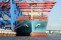 Containervessel Maersk Eindhoven im Hafen Hamburgs - Containerbrücken am HHLA Terminal Burchardkai - Köhlbrandbrücke im Hintergrund.
