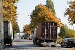Lastwagenverkehr - Transport von Containern in der Billbrooker Liebigstrasse.