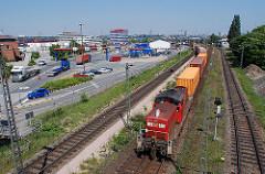 Hafenbahn im Hamburger Hafen, Stadtteil Waltershof - ein Containerzug verlässt das Terminal am Burchardkai.