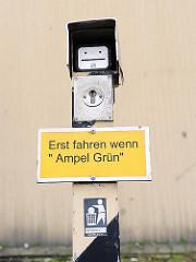"""Hinweis """"Erst fahren wenn Ampel Grün"""""""