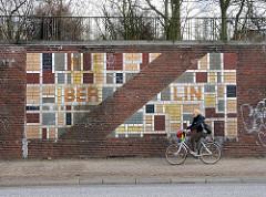 Bilder aus Hamburg Stadtteil Borfelde Mosaik des geteilten Berlin an der Buergerweide, Radfahrerin.