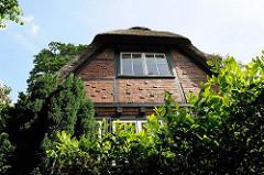 Historisches Wohnhaus in Hamburg Blankenese - Klinkerfassade mit Fachwerk und Reetdach.