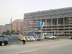 Blick auf die Oberbaumbrücke (ca. 2002) - das Bürogebäude Deichtorcenter ist noch eine Baustelle. Gebrauchtwagenhandel beim Oberhafenkanal in der Hamburger Hafencity.