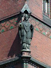 Skulptur an der Fassade der Eimsbüttler Christuskirche - Kirche in Hamburg, Bilder