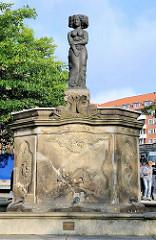Minervabrunnen / Fischmarktbrunnen auf dem Altonaer Fischmarkt - die historische Brunnenfigur wurde durch eine Bronzeskulptur ersetzt ( Bildhauer Hans Kock)