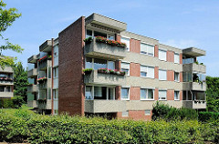 Architektur der 1960er Jahre - mehrstöckiges Wohngebäude - Balkons mit Balkonblumen; Neubauten in Rönneburg, Stadtteil der Hansestadt Hamburg.