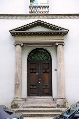 Hauseingang mit Säulen - Klassizistische Architektur in Hamburg Altona.