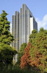 Herbstlich gefärbte Bäume im Japanischen Garten in Planten un Blomen - Hotelgebäude am Dammtor im Hintergrund - Bilder aus Hamburg St. Pauli -  Fotos aus dem Stadtteil des Bezirks Mitte.