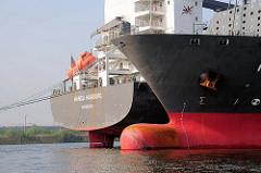 Frachtschiffe an ihrem Liegeplatz auf der Norderelbe - Schiffsbug und Schiffsheck.
