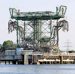 Tankerlöschhafen Hamburg Wilhelmsburg - Blumensandhafen; Löschanlage mit diversen Schläuchen.