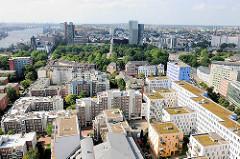 Blick auf die Neubauten in Hamburg Neustadt und die Hochhäuser in Hamburg St. Pauli.