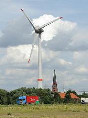 Windrad in Hamburg Altenwerder - Windkraftanlage mit ca. 6 Megawatt Leistung - Höhe der Anlage ca. 198m (inkl. der 58m langen Rotorblätter) - unter dem Windrad die Kirche St. Gertrud.