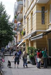 Shopping in den Hamburger Stadtteilen - Geschäfte und Passanten in der Winterhuder Gertigstrasse.