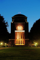 Das beleuchtete Planetarium im Winterhuder Stadtpark.