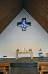 Innenansicht und Altar der Lukaskirche / Hamburg Sasel.