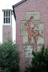 Fassadenschmuck mit dem Hlg. Thomas an der Thomaskirche in Hamburg Hausbruch.