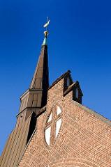 Fassade und Kirchturm der ev. luth Kreuzkirche in Hamburg Wandsbek.