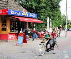 Eisdiele / Eiscafe Kaifu an der Osterstrasse in Hamburg Eimsbüttel - Tische an der Strasse.